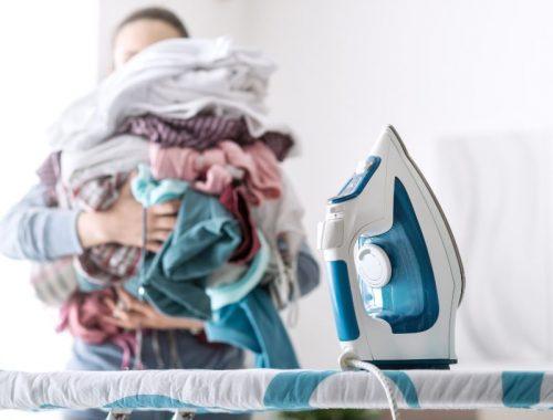 Mujer planchando su ropa