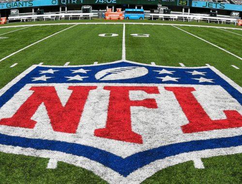 Logo de la NFL en el pasto de un estadio