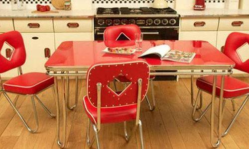 Cocina retro con comedor rojo en el centro