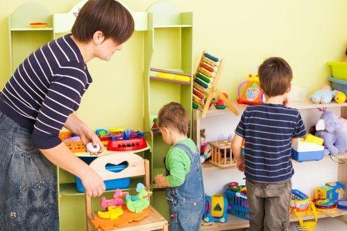 Madre y sus hijos limpiando los juguetes en su habitación