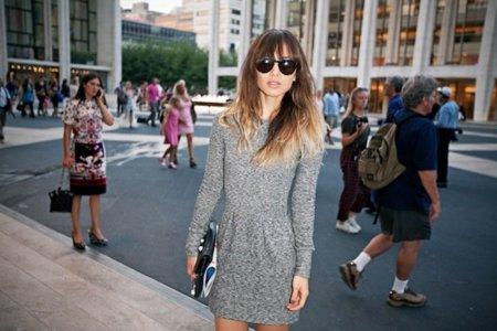 Mujer posando bolso de blogueras