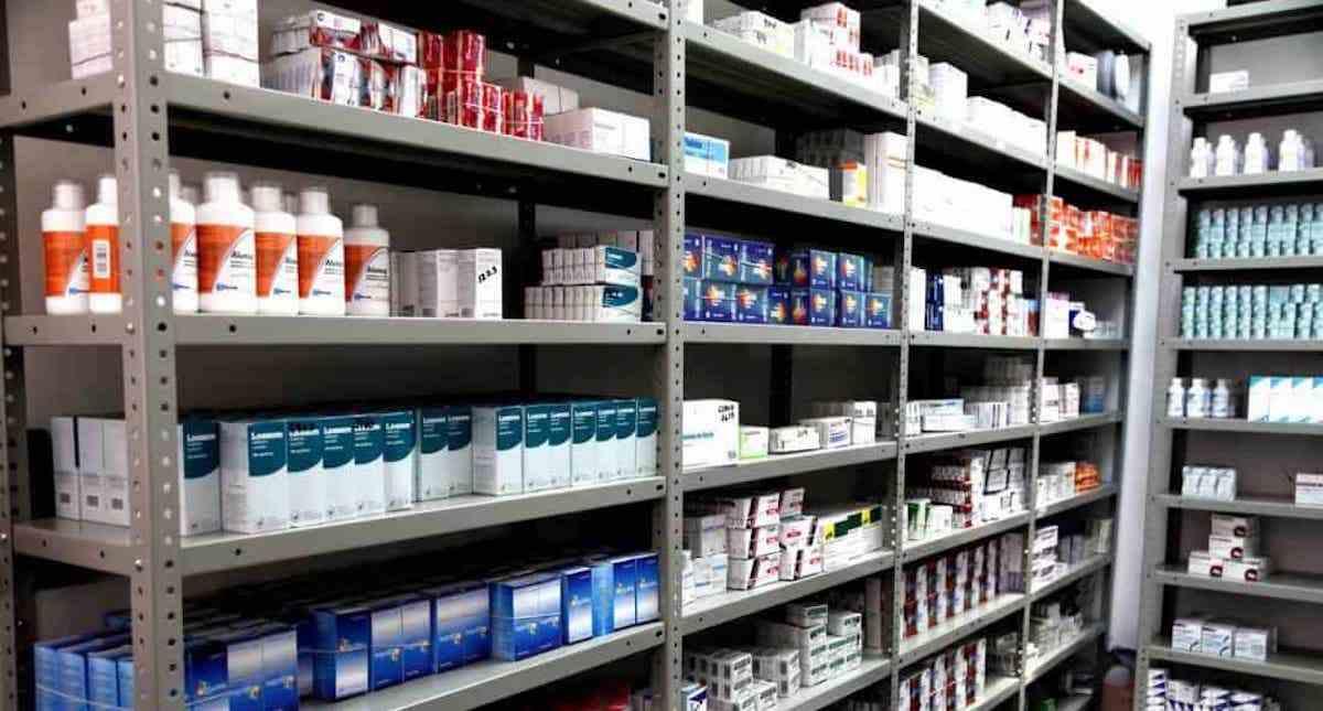 estantes de medicamentos genéricos
