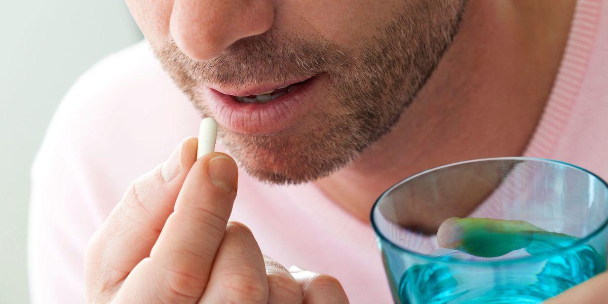 hombre tomando su medicamento