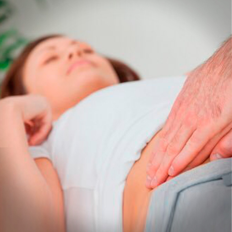mujer con dolor de apendicitis