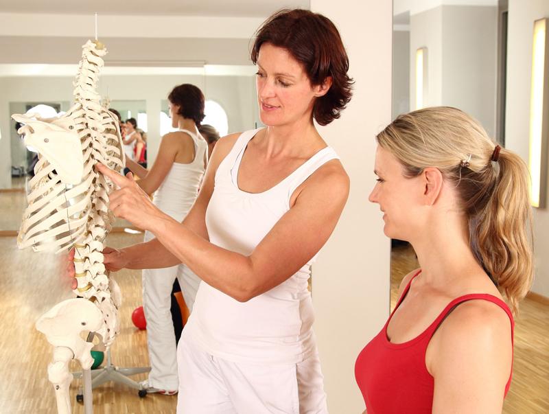 mujer explicando sobre la osteoporosis