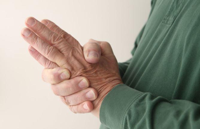 hombre con sensación de hormigueo en las manos