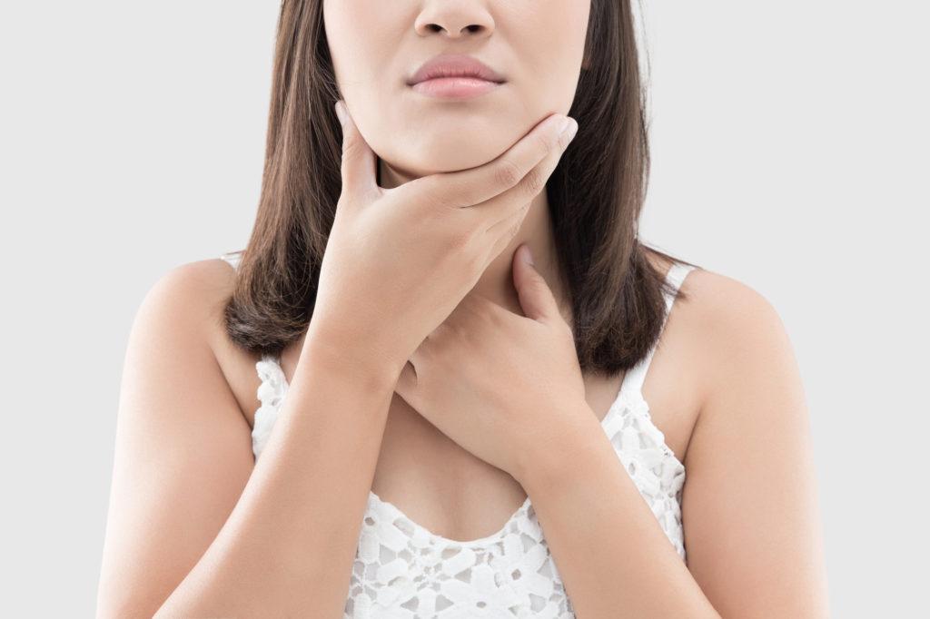 mujer con dolor en la garganta