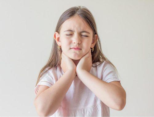 niña con dolor en la garganta