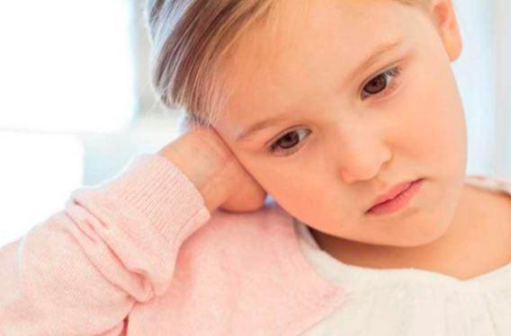 niña con dolor de oído