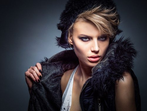 Mujer modelando en una pasarela