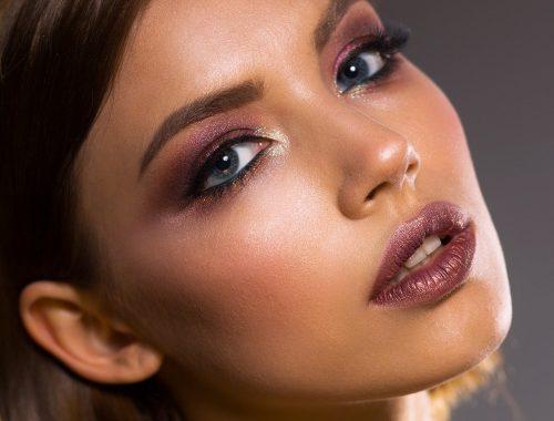 mujer con maquillaje llamativo