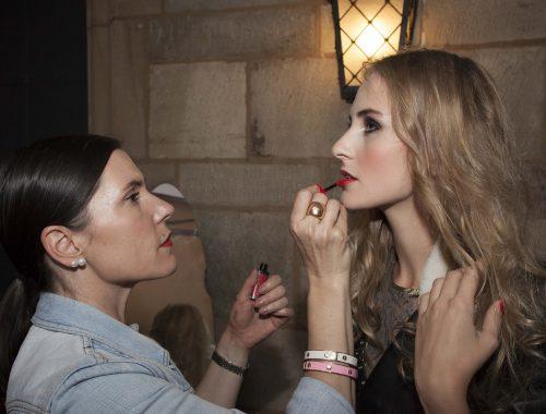 Maquilladora profesional maquillando modelo