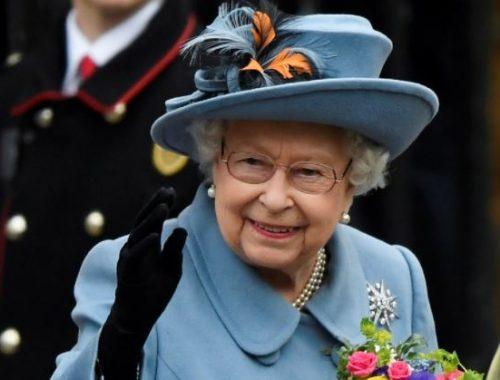 La reina Isabel y flores