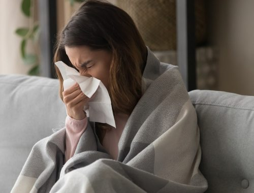 mujer con alergia