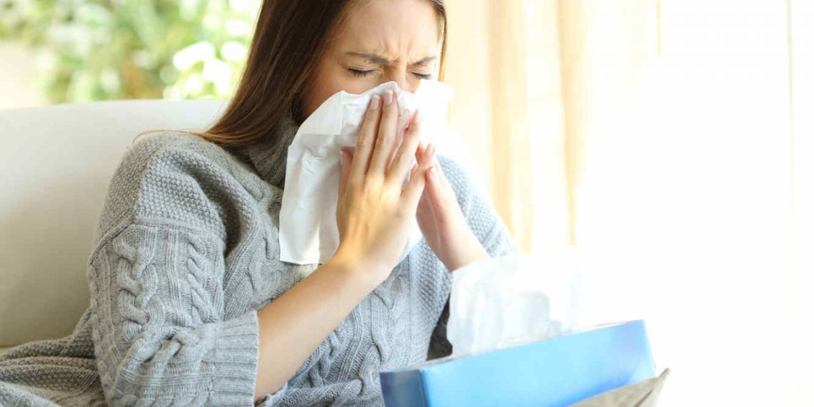 Mujer con resfriado