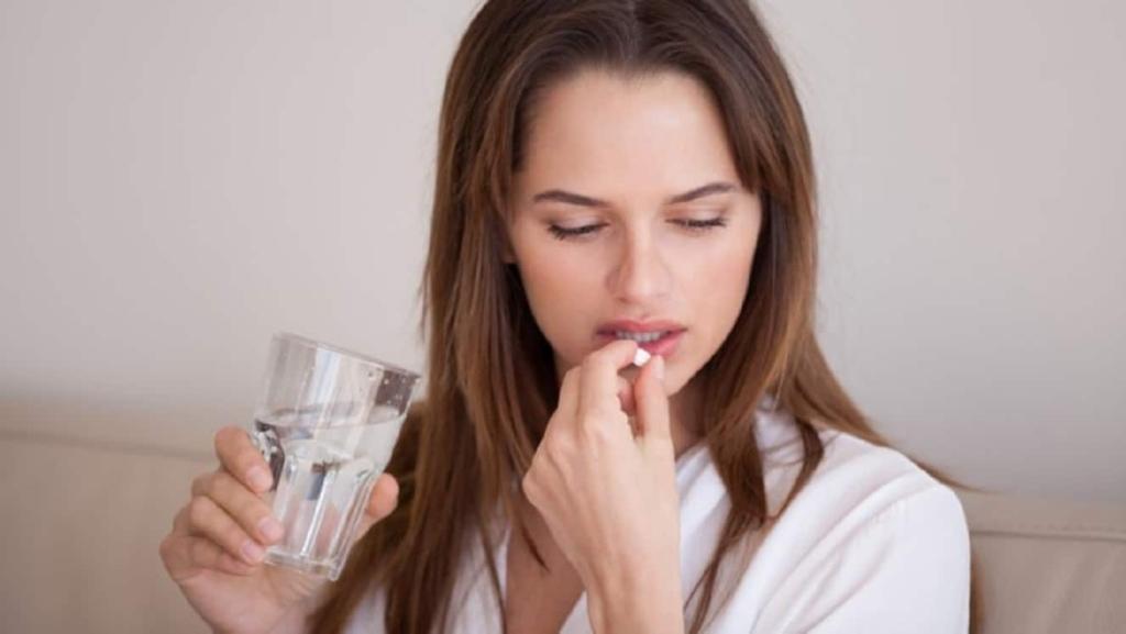Mujer tomando dinitrato de isosorbida aurax