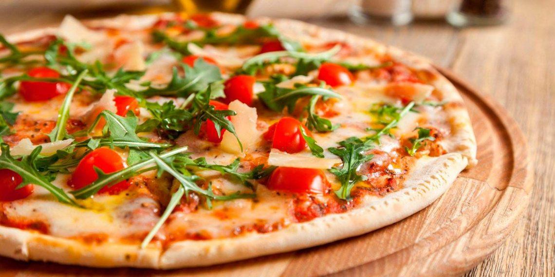 pizza delgada con verduras