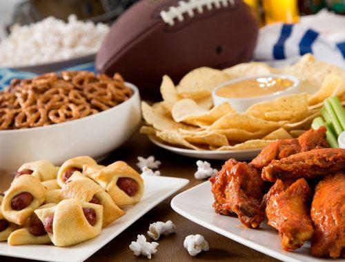 Papitas, pretzels, alitas y empanadas para acompañar al ver partidos