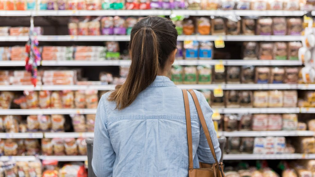 Mujer realizando compra inteligente en supermercado para ahorrar dinero