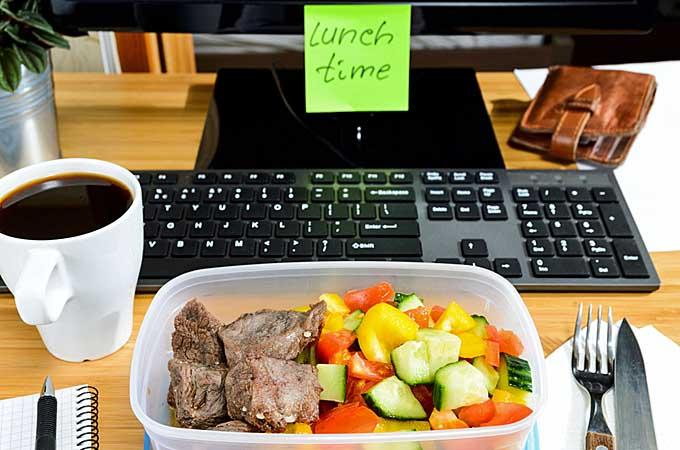 Escritorio de trabajo con comida casera