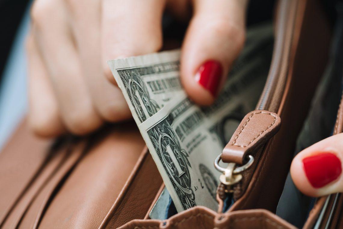 Mujer comenzando a ahorrar dinero