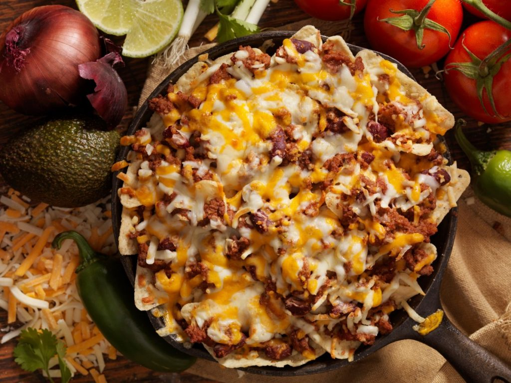 Plato de nachos para acompañar al ver partidos