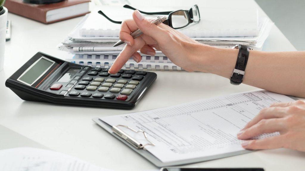 Persona organizando sus finanzas para ahorrar dinero