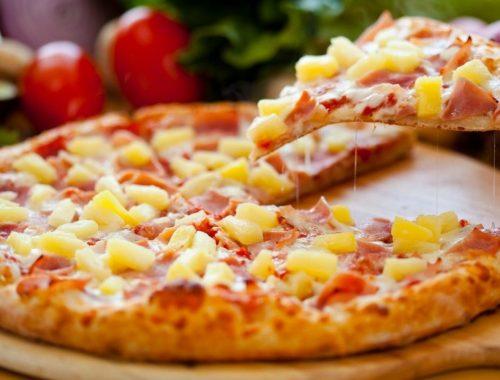 rebanada de pizza hawaiana con piña