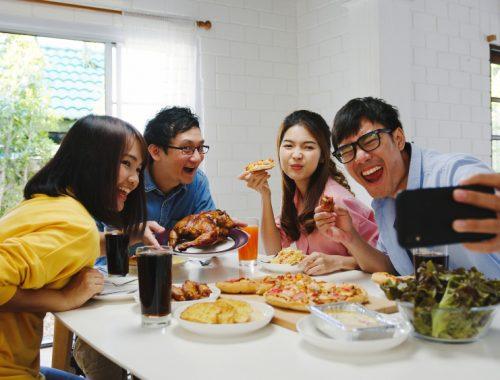 amigos disfrutando comida en casa