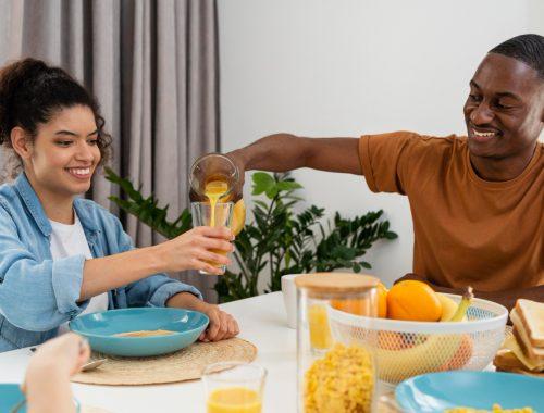 feliz pareja disfrutando de un buen desayuno