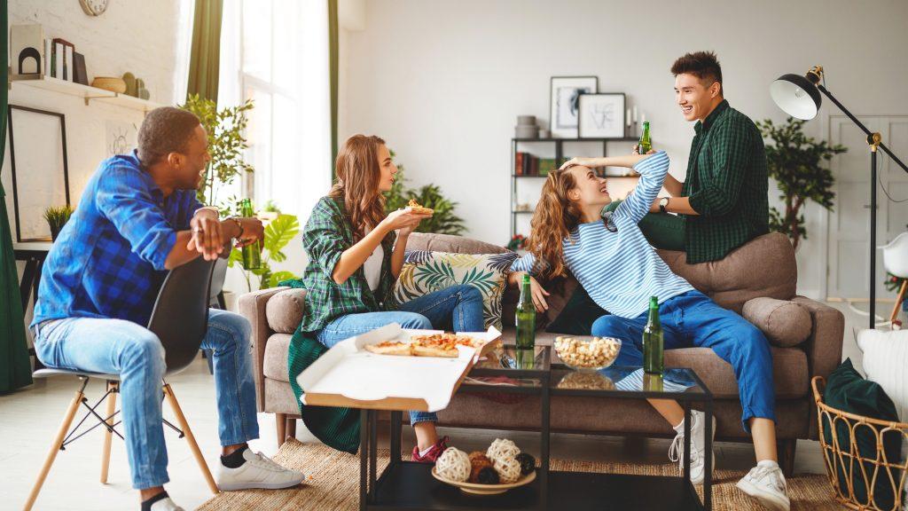 grupo de amigos disfrutando comida para llevar a domicilio
