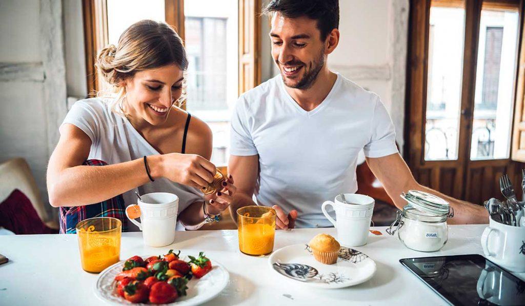 pareja desayunando en casa