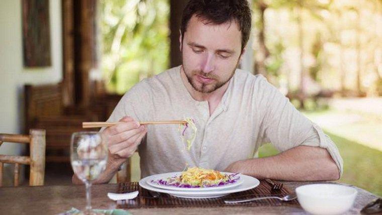 persona comiendo en casa