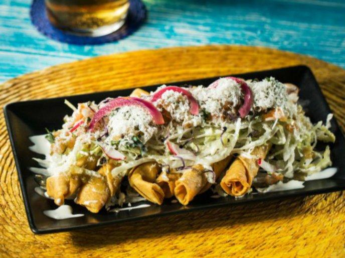 tacos dorados con verdura y queso